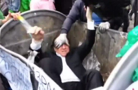 Politico arrojado a un basurero, en Kiev