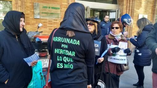 Mujeres vestidas de luto riguroso protestan en Sevilla contra el cruel impuesto de sucesiones y donaciones