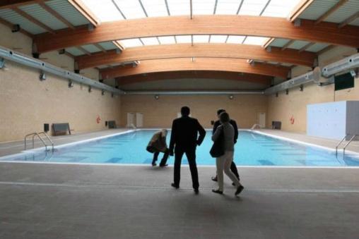 Parece la piscina cubierta de un hotel de cinco estrellas, pero es la cárcel de Archidona. En España hay cárceles de lujo y residencias de ancianos que parecen prisiones.