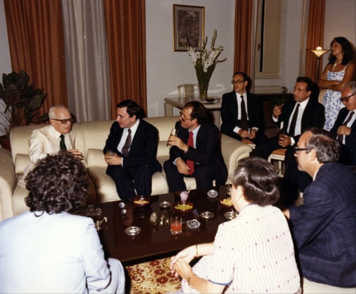 La cena con Pertini. En el sofá están Pertini, Luis María Ansón y Francisco Rubiales