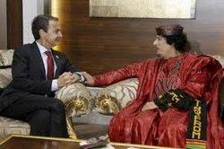 ZP y Gadafi haciendo manitas