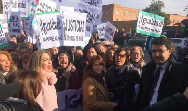Manifestación feminista ante el Parlamento andaluz, apoyada por el PSOE y Podemos