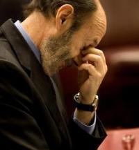 """Política de la """"cara dura"""" en España: Rubalcaba promete una """"España diferente"""""""