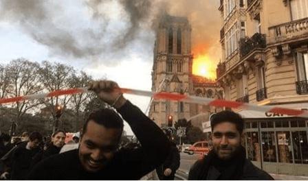 Una de las imagenes que circularon. Refleja la sonrisa de dos musulmanes mientras la catedral ardía