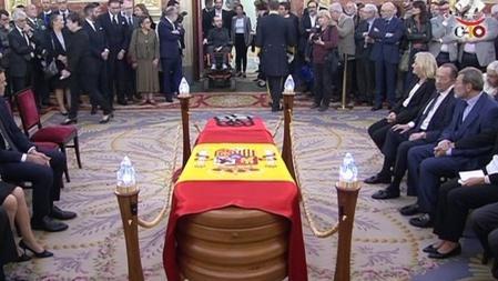 Han enterrado a Rubalcaba como si fuera un faraón y dicen que fue un gran servidor del Estado, cuando solo sirvió al PSOE. Solo los políticos son recompensados y reconocidos en España, a pesar de ser lo peor de la sociedad.