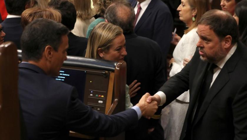 """El golpista Junqueras le dice a Sánchez """"Tenemos que hablar"""" y éste le responde """"No te preocupes"""". Un diálogo que degrada a España."""