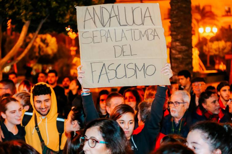 Quema de contenedores e incidentes en una manifestación contra Vox en Cádiz