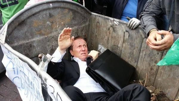 Los ciudadanos, en Ucrania, tiraron a un político corrupto a la basura