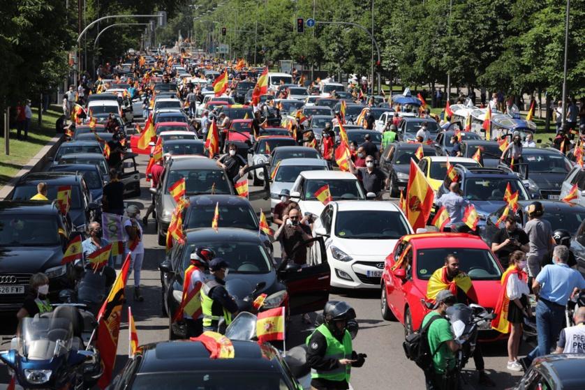 VOX no es fascista, ni extrema derecha. Esas descalificaciones son propaganda de la izquierda totalitaria. Las manifestaciones conservadoras en España son ordenadas y pacíficas, sin violencia, sin romper o quemar contenedores y sin saqueos ni golpes