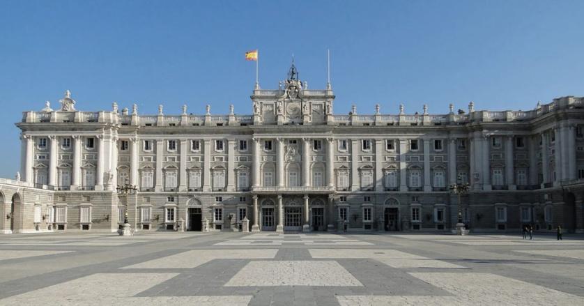Explanada del Palacio Real, lugar elegido para el esperpéntico homenaje del Estado a las víctimas del coronavirus