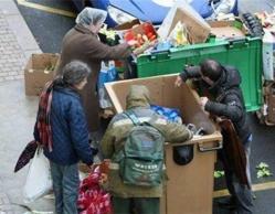 Pobres y desesperados españoles comen en la basura
