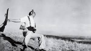 La famosa foto de Capa que simboliza, junto con el Guernica, lo que fue la Guerra Civil española de 1936, un acontecimiento para olvidar que la izquierda y la derecha española del presente parecen querer repetir