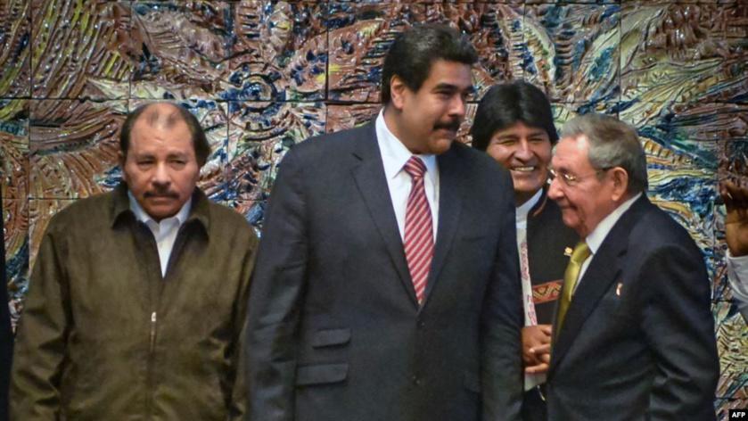 No sólo estos comunistas declarados son los enemigos de la democracia. También los hay en otros países falsamente democráticos.