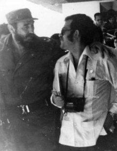 El autor de este artículo pasea y conversa con Fidel, en la Habana.