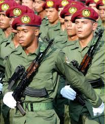 """Los estudiantes contra Maduro y las """"avispas negras"""" de Castro"""