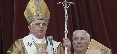 Benedicto XVI patina y da marcha atrás