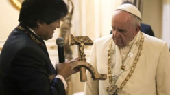 Evo Morales regala al papa símbolo comunista