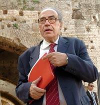 Peligro y paradoja: Peces Barba defiende a Rajoy