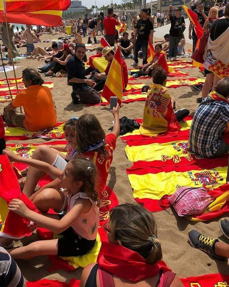 Banderas españolas en las playas, reacción ciudadana ante la siembra de cruces amarillas y de banderas independentistas.