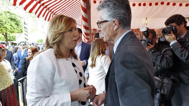 El presidente de los periodistas sevillanos y la ex presidenta de la Junta