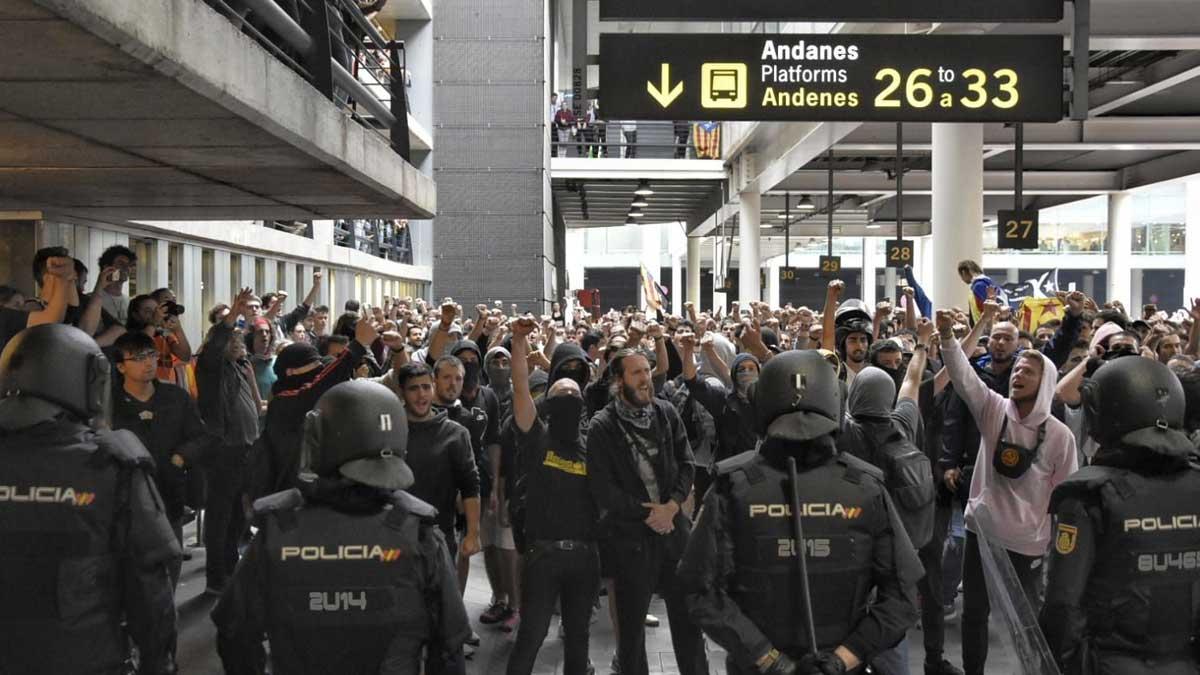 Cargas policiales en el aeropuerto, tomado y paralizado por los violentos catalanes en protesta por la blanda sentencia a sus políticos rebeldes