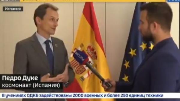 Pedro Duque hablando en ruso para defender la democracia española y denunciar la agresión de los catalanes independentistas