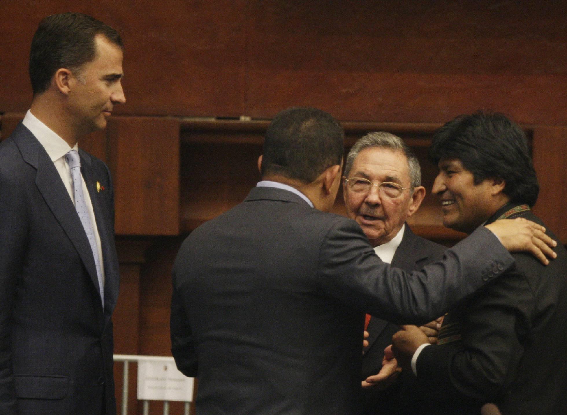 Los tiranos Evo Morales, Raúl Castro y Hugo Chavez se abrazan ante la mirada de Felipe VI en la toma de posesión del presidente ecuatoriano, en 2009