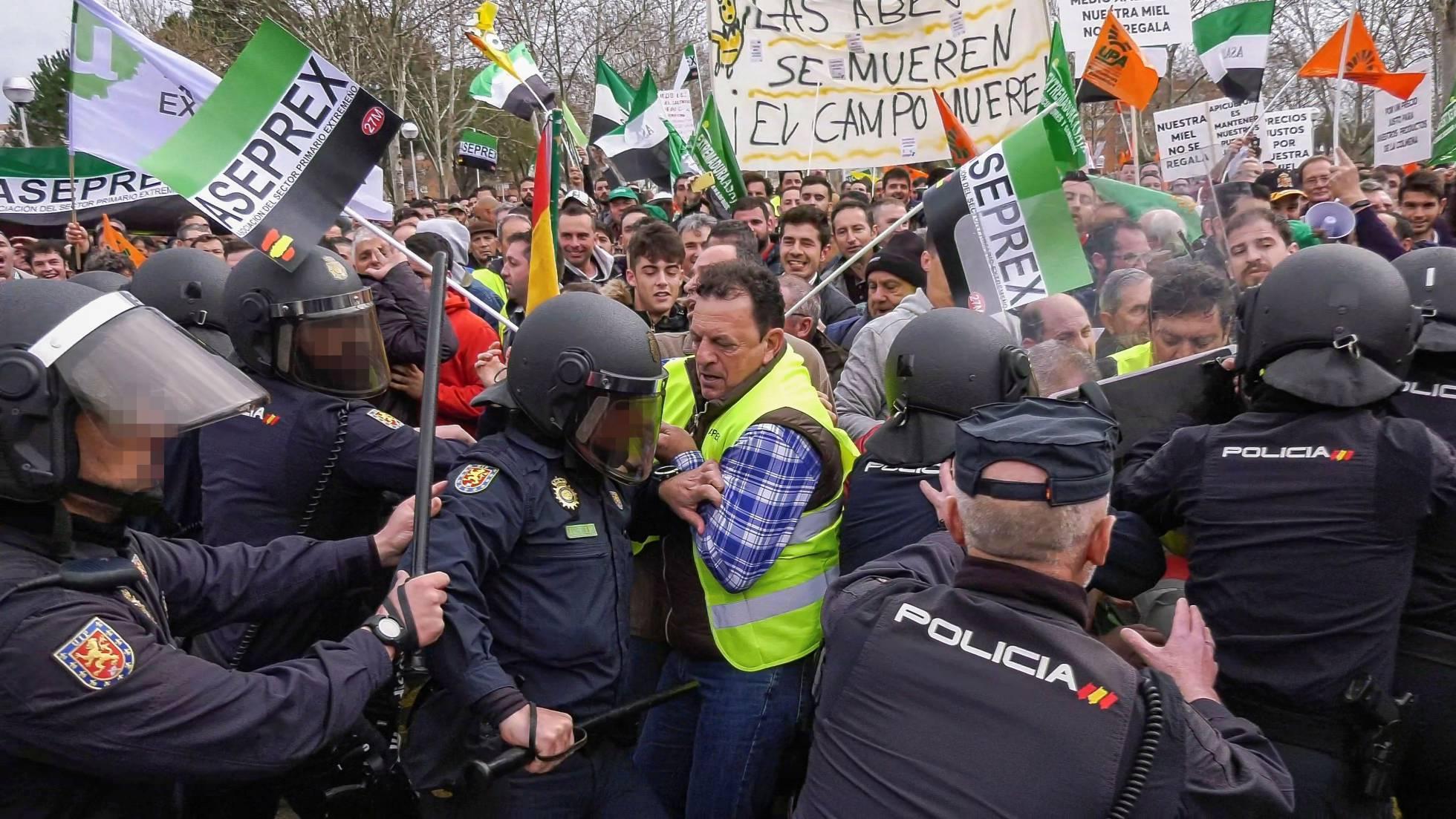 El campo español se rebela contra el neocomunismo gobernante y es reprimido con enorme dureza