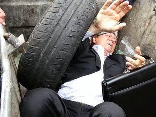 El pueblo ucraniano, asqueado de sus políticos, terminó arrojando a uno de ellos a un contenedor de basura. Los malos políticos, casi tan abundantes como las arenas del desierto, merecen ser castigados y expulsados del poder.