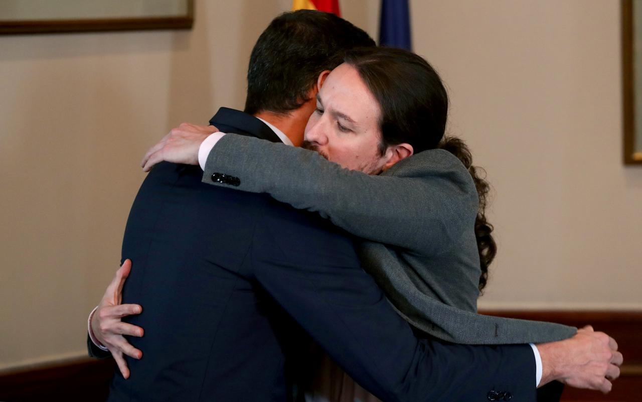 Poca virilidad y ninguna grandeza en esta imagen. Los dos mediocres consumados que se abrazan son hoy los dueños de la desgraciada España.