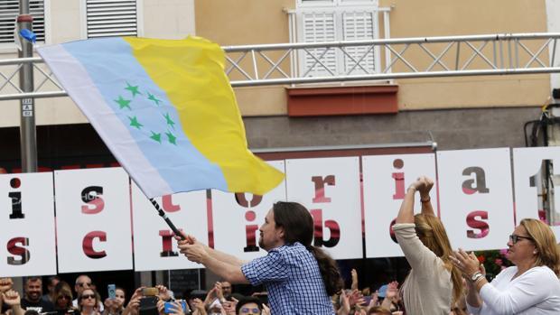 Pablo Iglesias agitando la bandera independentista canaria. Es el vicepresidente de gobierno más irresponsable y enemigo de la Constitución de la Historia moderna de España
