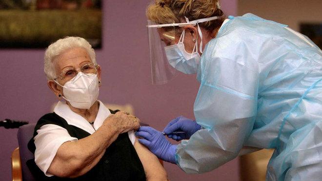 El miedo a la vacuna y la desconfianza en los políticos se extienden por el mundo