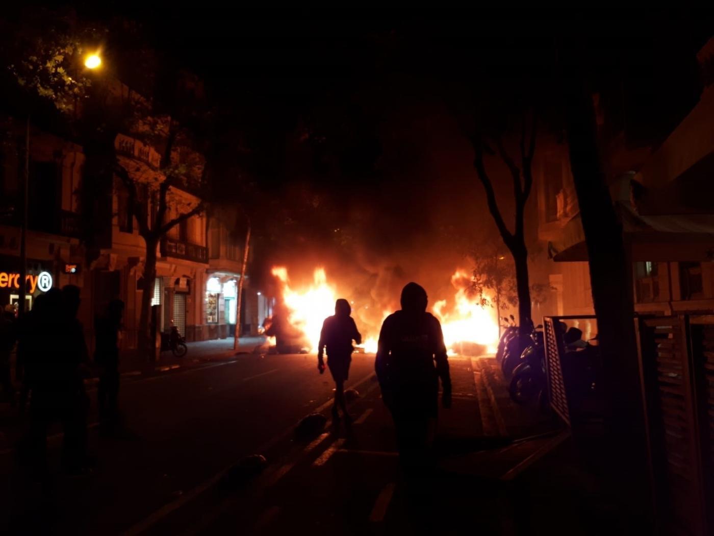 La furia de los precarios, conducida por profesionales de la guerrilla, quema las calles y persigue a la policía