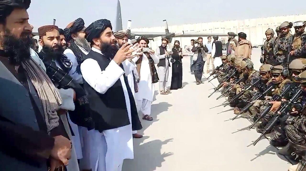Los talibanes celebran la derrota de Occidente e imponen su régimen salvaje e inhumano