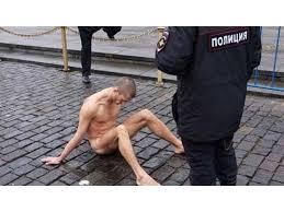 Protesta en Moscú clavando sus testículos al suelo