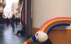 Curro, la mascota de la Expo, pide ahora limosnas en una calle de Sevilla. En 1992 era multimillonario.