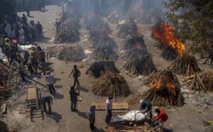 Son tantos los muertos en la India que se queman los cadáveres en las plazas y suburbios.