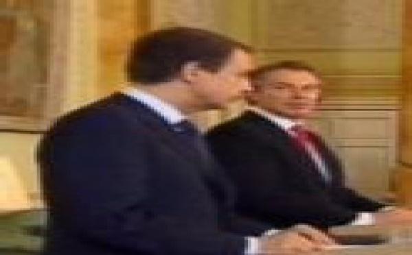 Zapatero y Blair se aplican pomadas